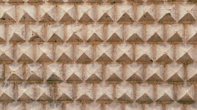 Pyramid shaped stone wall pattern